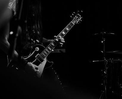 Guitariste électrique sur une scène